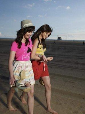 Demi Lovato karatasi la kupamba ukuta titled Demi Lovato & Selena Gomez