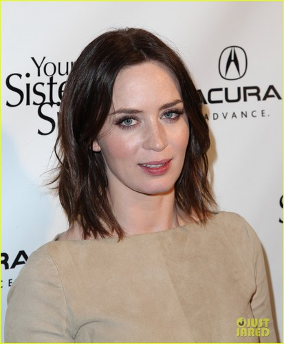 Emily Blunt پیپر وال with a portrait entitled Emily Blunt: 'Your Sister's Sister' Sundance Premiere!