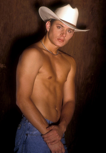 Jensen Ackles Hintergrund with a snap brim hat, a campaign hat, and a fedora entitled Jensen Ackles