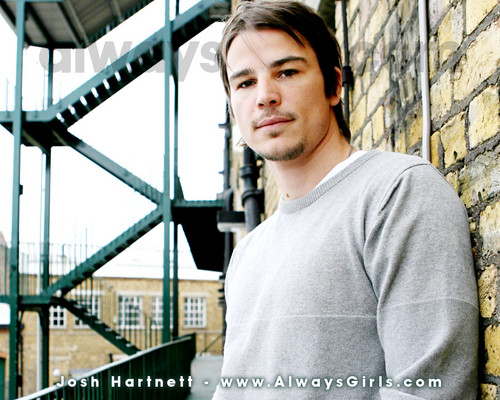 Josh Hartnett achtergrond probably with a chainlink fence and a penal institution entitled Josh Hartnett