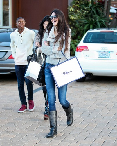 Kendall Jenner wallpaper possibly containing a hip boot, a business suit, and a street titled Kendall & Kylie Jenner shopping in Malibu, Jan 22