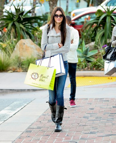 Kendall Jenner wallpaper with a street titled Kendall & Kylie Jenner shopping in Malibu, Jan 22
