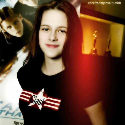 """ক্রিস্টেন স্টুয়ার্ট দেওয়ালপত্র with a portrait titled Kristen Stewart- 2004: """"CATCH THAT KID"""" FILM SCREENING"""