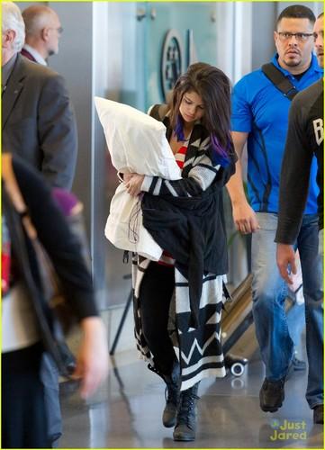 Selena Gomez Has a bantal Pal