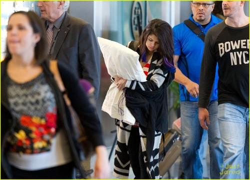 Selena Gomez Has a تکیا Pal