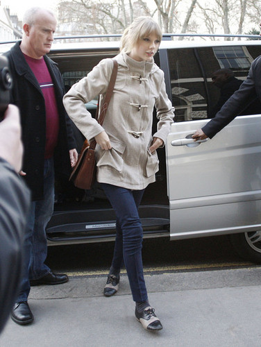 Taylor snel, swift Visits Cameron Mackintosh's London Office