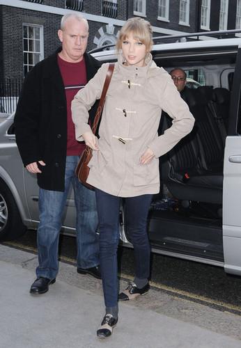Taylor तत्पर, तेज, स्विफ्ट Visits Cameron Mackintosh's लंडन Office