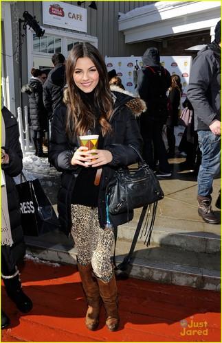 Victoria Justice: Cheetah Print Pants!
