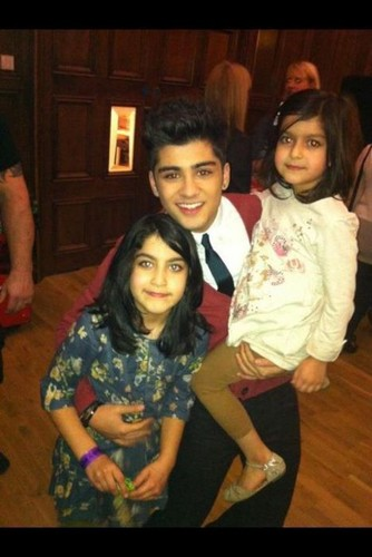 Zayner with his little cousins ! xx ♥ :)