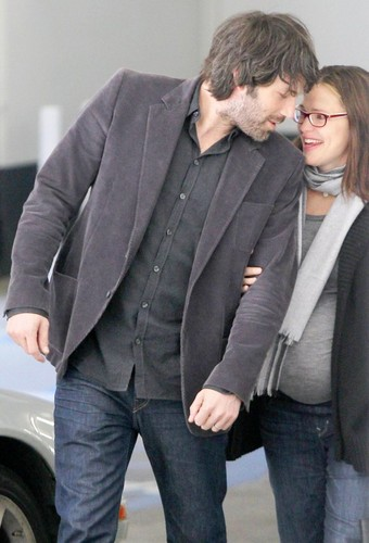 jen is escorted to her doctor's appointment bởi her husband Ben Affleck