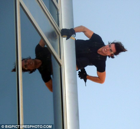 tom cruise at the puncak, atas of burj khalifa