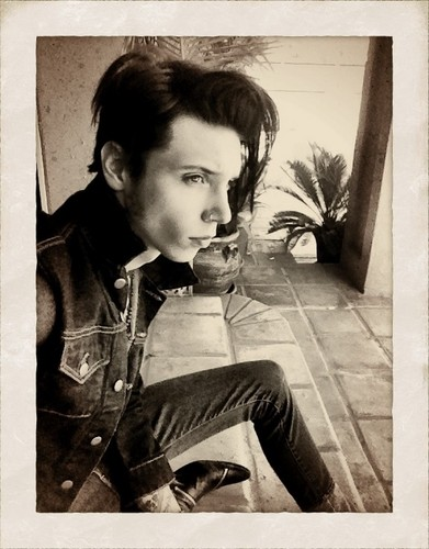Andy Sixx Hintergrund possibly with a sign entitled <3<3<3Andys new haircut<3<3<3