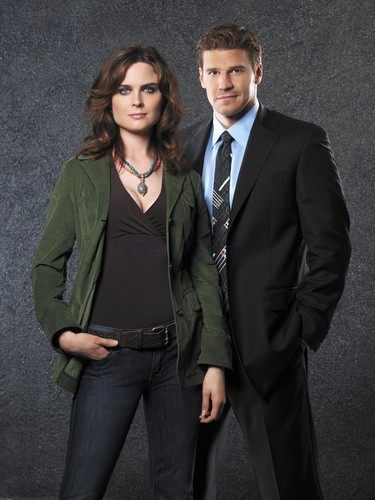 Temperance Brennan achtergrond with a business suit, a suit, and a three piece suit titled Booth and Bones