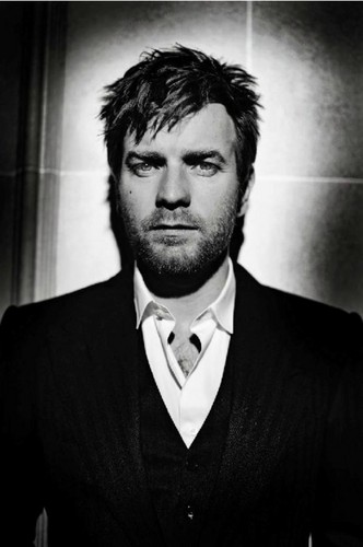 Ewan McGregor achtergrond containing a business suit and a suit called Ewan McGregor
