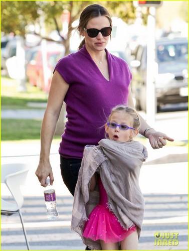 Jennifer Garner's Baby Bump Keeps Growing!