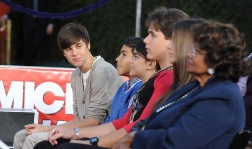 Justin Bieber looking at Blanket Jackson (Mini Michael Jackson) aw <3