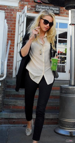 LEAVING URTH CAFE IN BEVERLY HILLS (JANUARY 26TH)