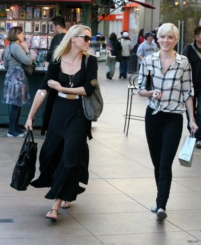 SHOPPING WITH HER SISTER AT THE GROVE IN WEST HOLLYWOOD (JANUARY 24TH)