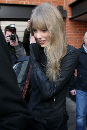 Taylor تیز رو, سوئفٹ Leaves The Connaught Hotel