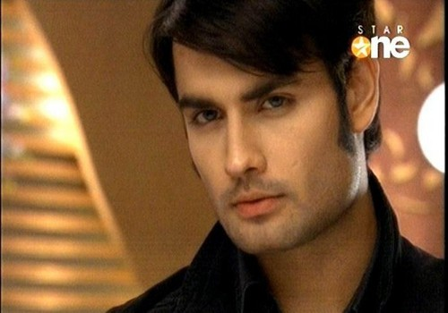 Vivian Dsena karatasi la kupamba ukuta probably with a portrait called Abhay!!!!!
