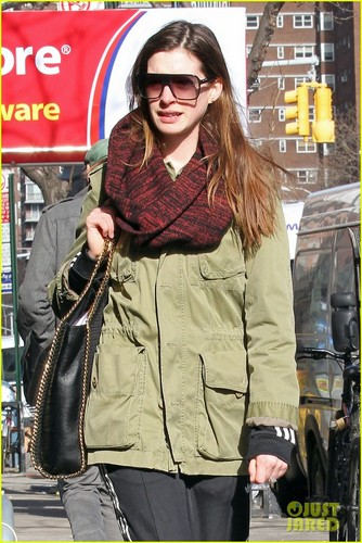 Anne Hathaway: Lunch at Blossom Du Jour - anne-hathaway Photo