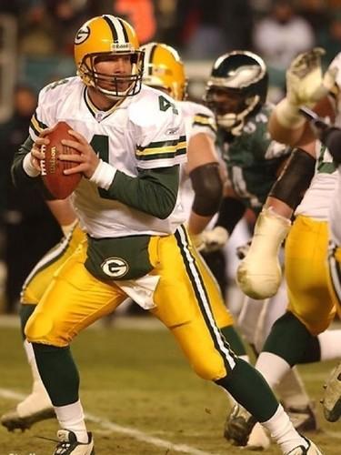 Brett Favre দেওয়ালপত্র possibly containing a tailback, a quarterback, and a ওই প্রতিষ্ঠানেরই 'লাইনম্যান titled Brett Favre