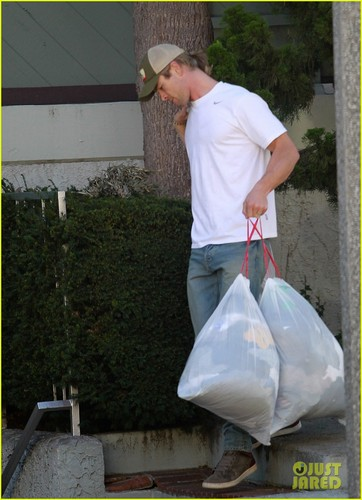 Chris Hemsworth & Elsa Pataky: Garbage Day!