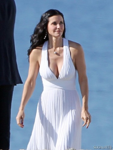 Courteney Cox Shoots 'Cougar Town' At The de praia, praia