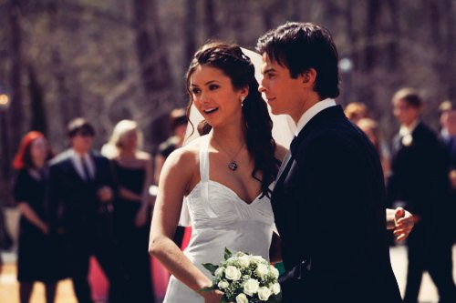Damon & Elena karatasi la kupamba ukuta containing a bridesmaid entitled Delena <3