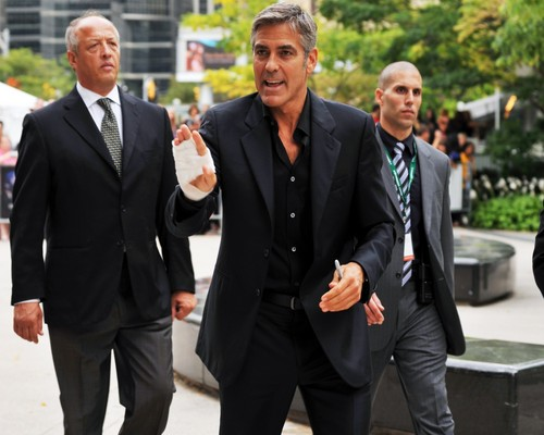 জর্জ ক্লোনে দেওয়ালপত্র with a business suit, a suit, and a two piece entitled George Clooney