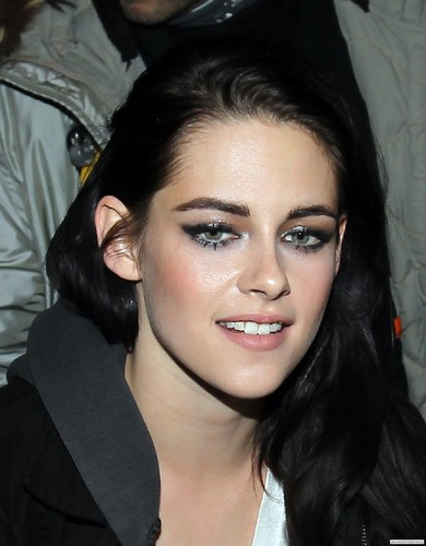 "Kristen Stewart arriving at ""Le Meurice"" Hotel in Paris - January 30, 2012. - kristen-stewart Photo"