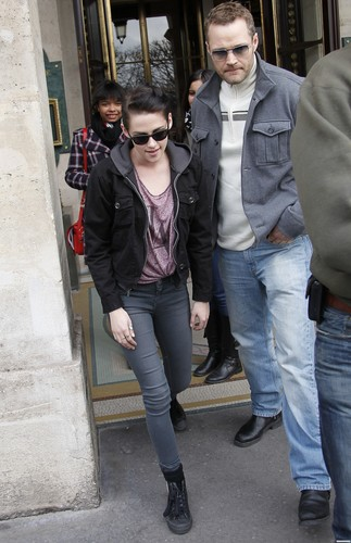 Kristen Stewart shopping in Paris - January 31, 2012.