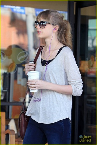Taylor Swift: Surprised at Starbucks