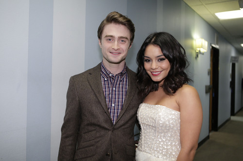 Daniel Radcliff hình nền containing a business suit and a suit entitled The Tonight hiển thị with chim giẻ cùi, jay Leno - February 1, 2012 - HQ