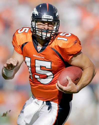 NFL 壁紙 possibly containing a tailback, a football helmet, and a ラインマン, 線虫 called Tim Tebow.