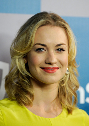 Yvonne Strahovski wallpaper containing a portrait entitled Yvonne Strahovski @ the 2012 Warner Bros/Instyle Golden Globes After Party