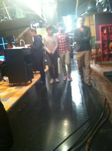 loam on Icarly set