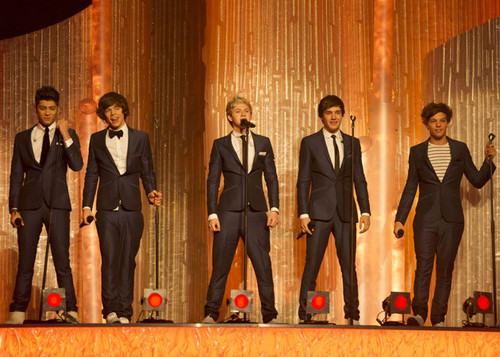 1D cantar What Makes You Beautiful on Dancing On Ice!