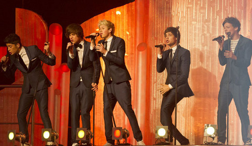 1D pag-awit What Makes You Beautiful on Dancing On Ice!