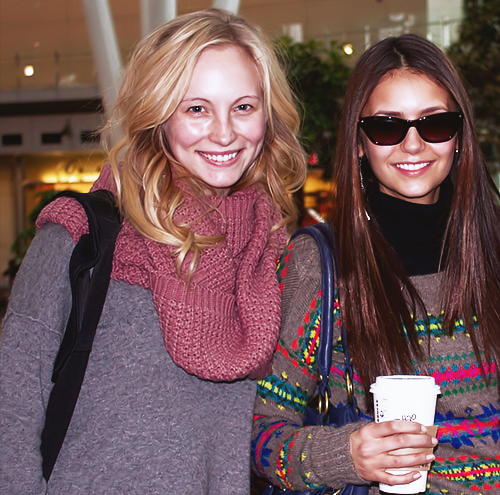Candice & Nina arriving in Indianapolis for the 바닷가, 비치 Bowl 2012.