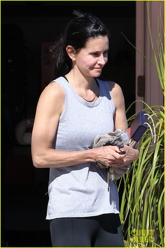 Courteney Cox & Coco: Barefoot in Malibu!