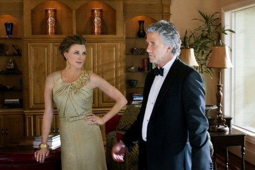 Dallas Tv 表示する 壁紙 possibly with a business suit called Dallas - Episode 1.01 - Pilot - New Promotional 写真