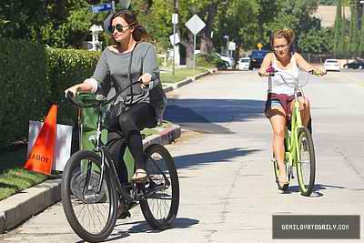 Demi riding her bike to Mel's o jantar, lanchonete in Los Angeles