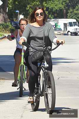 Demi riding her bike to Mel's обедающий, закусочной in Los Angeles