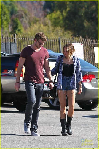 Miley Cyrus & Liam Hemsworth: Studio City Sweeties!