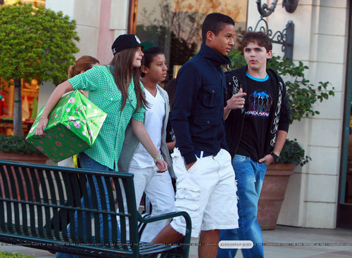 Paris Jackson, Jermajesty Jackson, Jaafar Jackson and Prince Jackson at the 电影院