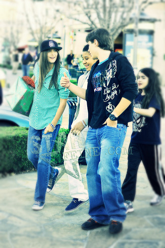 paris jackson fondo de pantalla probably with a jean, bellbottom trousers, and a pernera del pantalón, pata de pantalón, pantleg called Paris with her siblings and cousin after watching The Commons! :)