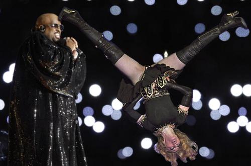 haut, retour au début News: Madonna Pulled Into Cee Lo's Orbit During Halftime montrer