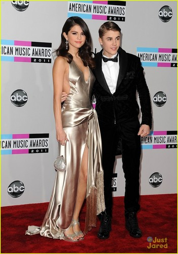 Justin Bieber and Selena Gomez wallpaper with a dinner dress entitled <3