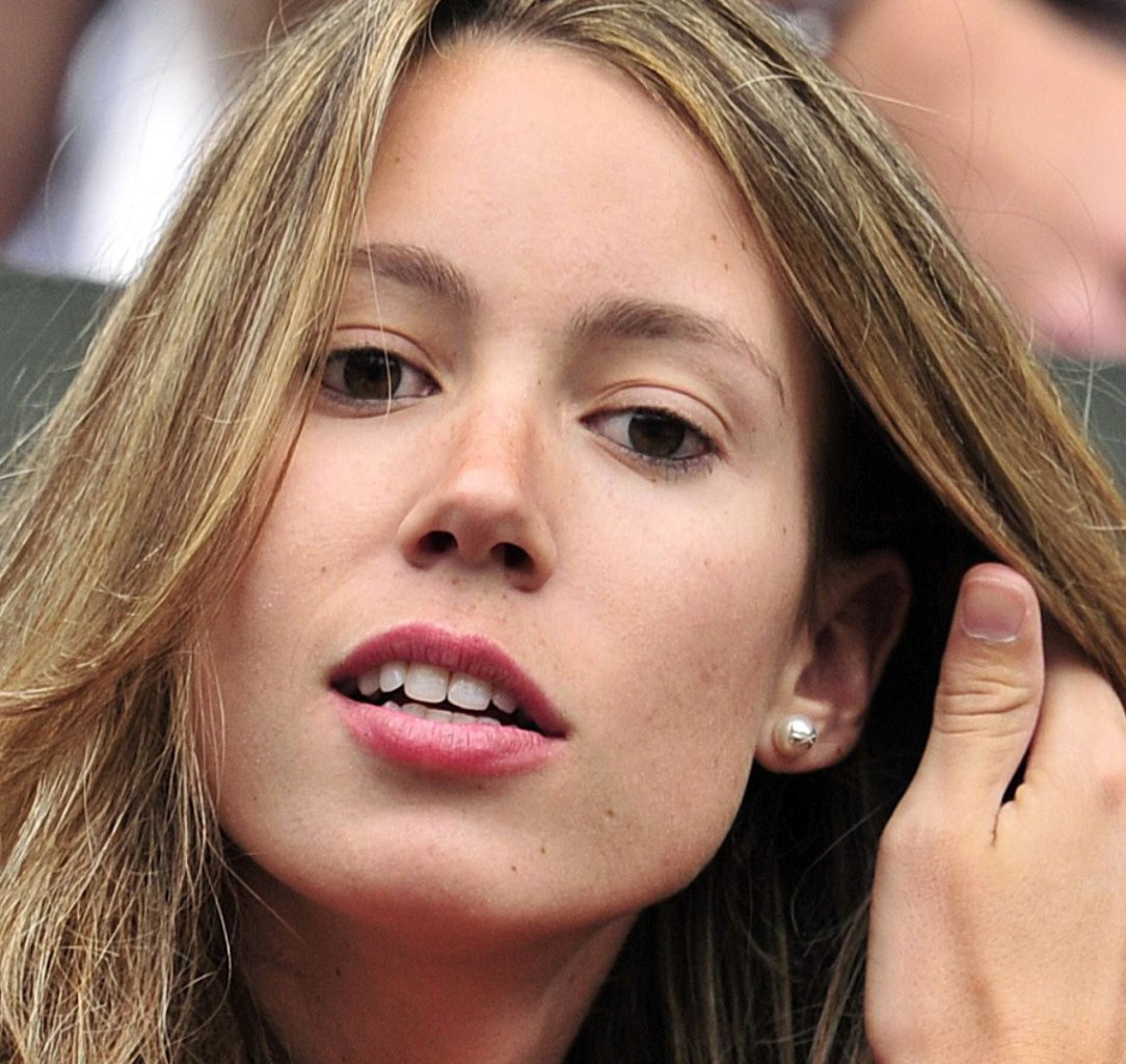 Nadal sister has a narrow lines, short eyelashes and dark lipstick